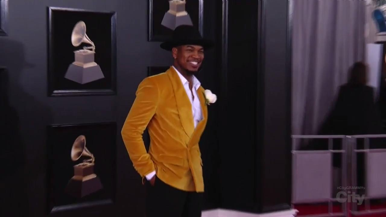 Ne-Yo does Moonwalk on Red Carpet